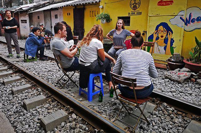 Quán cà phê thách thức tử thần, đông nghẹt khách du lịch ở Hà Nội - 6..jpg