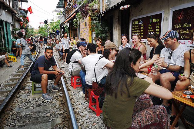 Quán cà phê thách thức tử thần, đông nghẹt khách du lịch ở Hà Nội - 8..jpg