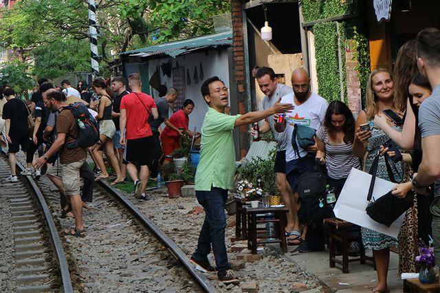 Quán cà phê thách thức tử thần, đông nghẹt khách du lịch ở Hà Nội - 9..jpg