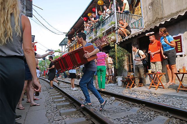 Quán cà phê thách thức tử thần, đông nghẹt khách du lịch ở Hà Nội - 10..jpg