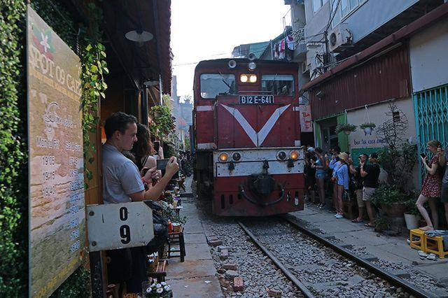 Quán cà phê thách thức tử thần, đông nghẹt khách du lịch ở Hà Nội - 11..jpg
