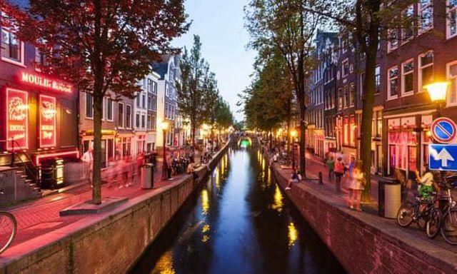 Hà Lan hạn chế du khách vào khu đèn đỏ vì không tôn trọng gái mại dâm - 1..jpg