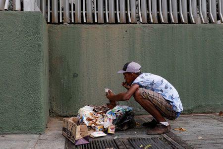 Từ người giàu đến dân nghèo Venezuela đều phải bới rác tìm đồ ăn