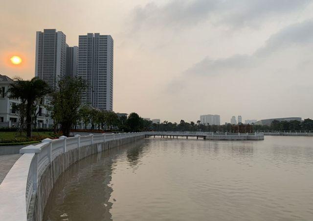Khu dân cư đại gia: Mấy trăm triệu mua 2 tấn cá phóng sinh xuống hồ - 1