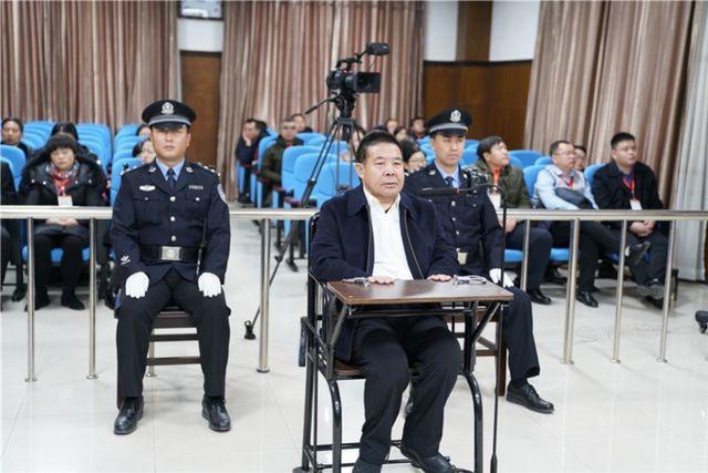 Quan chức Trung Quốc giấu chục triệu USD tham nhũng trong chuồng gà, bể nước - 1