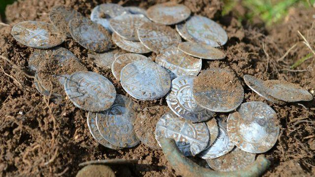 Đào được kho báu đầy tiền vàng từ thế kỷ 14 trị giá gần 5 tỷ đồng - 3