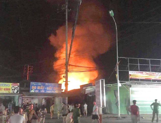 Chợ cháy ngùn ngụt lúc nửa đêm, tiểu thương bất lực đứng nhìn tài sản thành tro - 1