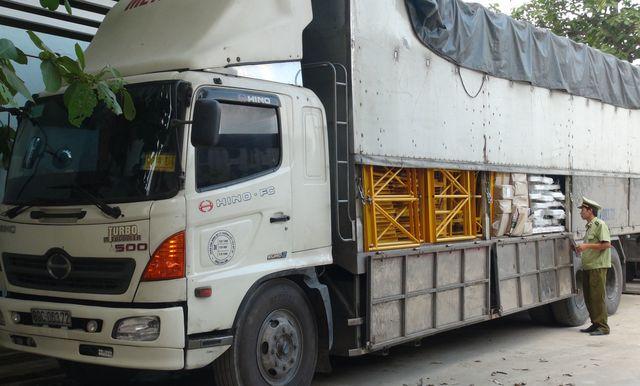 Quảng Bình: Phát hiện và bắt giữ xe tải chở hơn 19.000 bao thuốc lá lậu  - 1