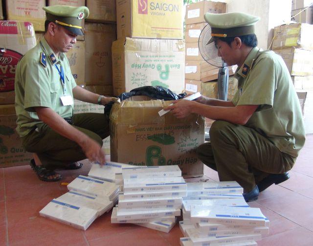 Quảng Bình: Phát hiện và bắt giữ xe tải chở hơn 19.000 bao thuốc lá lậu  - 2
