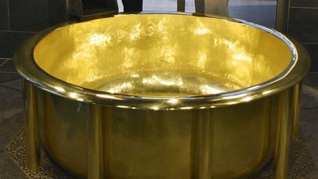 Thử làm đại gia: Ngâm mình trong bồn tắm bằng vàng trị giá hơn 7,1 triệu USD - 1
