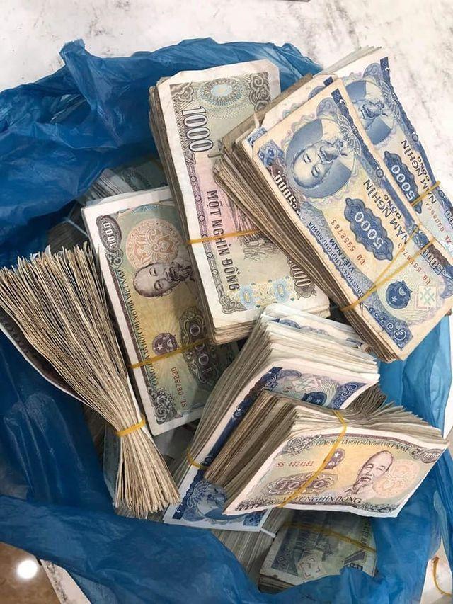 Vợ chồng già 78 tuổi chở bao tải tiền gửi tiết kiệm: Hy hữu ở Quảng Bình - 1