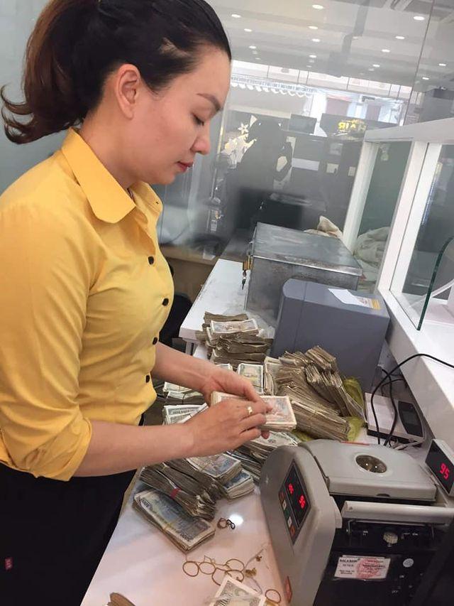 Vợ chồng già 78 tuổi chở bao tải tiền gửi tiết kiệm: Hy hữu ở Quảng Bình - 2
