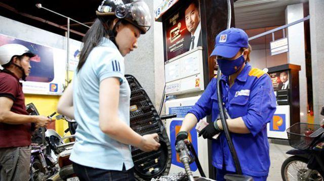 Giá xăng dầu thế giới giảm sốc, dân vẫn phải mua giá cao - 1