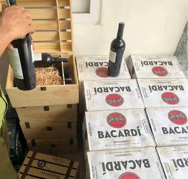 Quảng Bình: Bắt giữ gần 400 chai rượu ngoại nhập lậu - 2