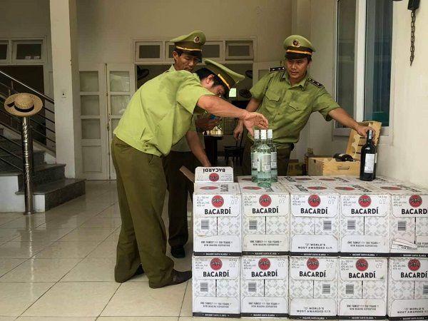 Quảng Bình: Bắt giữ gần 400 chai rượu ngoại nhập lậu