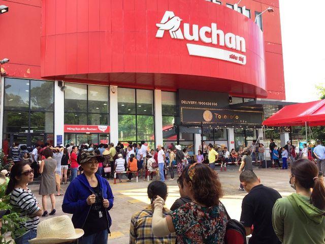 Siêu thị Auchan ngừng hoạt động, dân đổ xô đến gom hàng thanh lý - 1