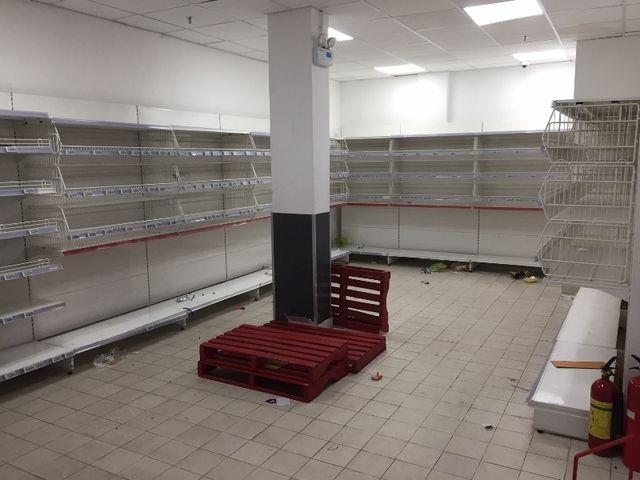 Siêu thị Auchan ngừng hoạt động, dân đổ xô đến gom hàng thanh lý - 12