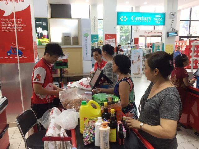 Siêu thị Auchan ngừng hoạt động, dân đổ xô đến gom hàng thanh lý - 13