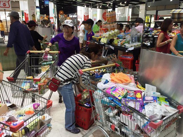 Siêu thị Auchan ngừng hoạt động, dân đổ xô đến gom hàng thanh lý - 8