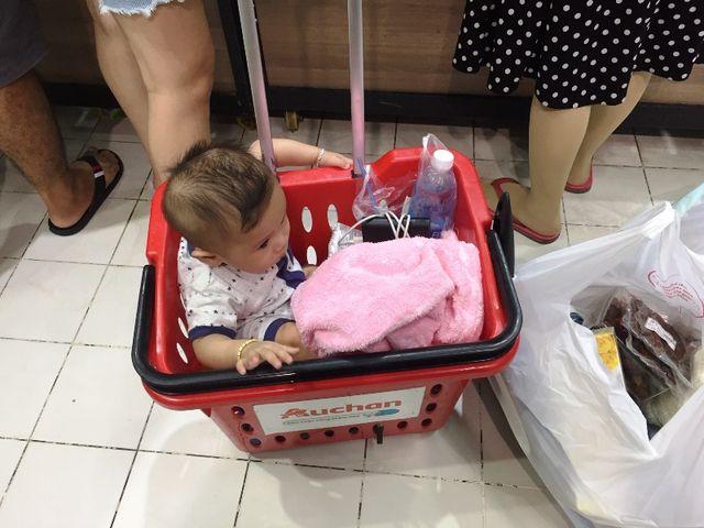 Siêu thị Auchan ngừng hoạt động, dân đổ xô đến gom hàng thanh lý - 9