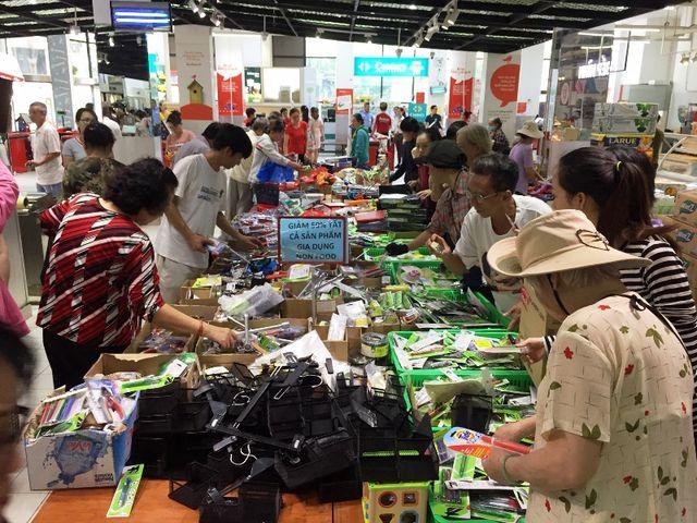 Siêu thị Auchan ngừng hoạt động, dân đổ xô đến gom hàng thanh lý - 10