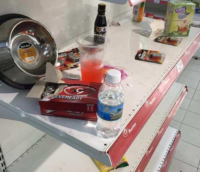 """Nhân viên Auchan """"ngán ngẩm"""" nhìn khách bóc bánh kẹo, nước ngọt ăn uống tại chỗ - 1"""