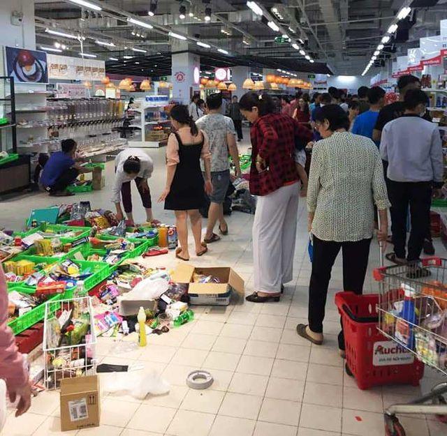 """Nhân viên Auchan """"ngán ngẩm"""" nhìn khách bóc bánh kẹo, nước ngọt ăn uống tại chỗ - 5"""