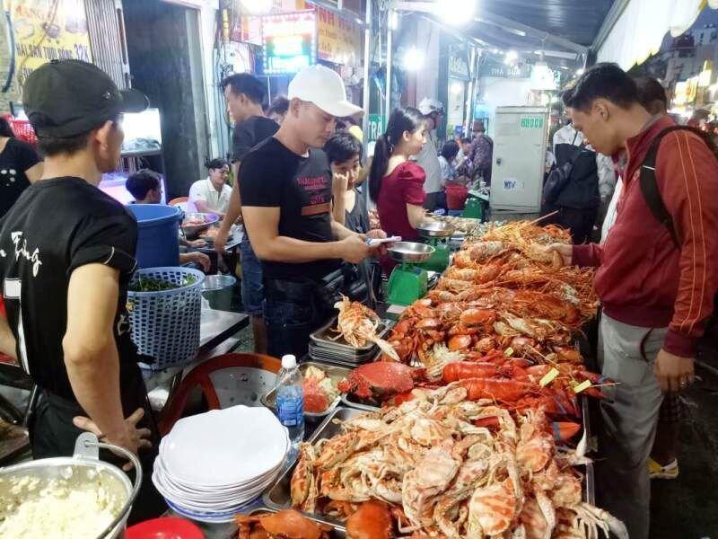 """Cua huỳnh đế, tôm hùm giá """"bạc triệu"""" bán khắp các vỉa hè Sài Gòn"""