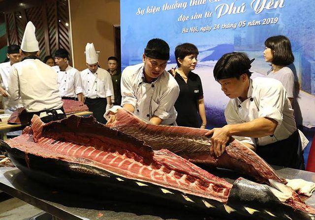 Đầu bếp Hà thành hì hục mổ cá ngừ vây xanh khủng, nặng 200kg - 5