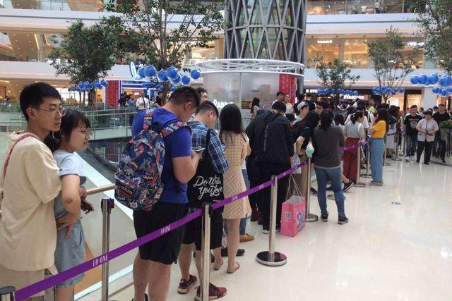 Dân Trung Quốc xếp hàng mua trà sữa 1,7 triệu đồng/cốc để ủng hộ hàng nội địa, phản đối Mỹ - 1