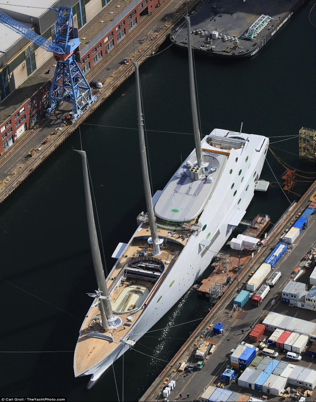 Siêu du thuyền trị giá hơn 10.000 tỉ đồng của tỉ phú người Nga với bể bơi và sân bay trực thăng