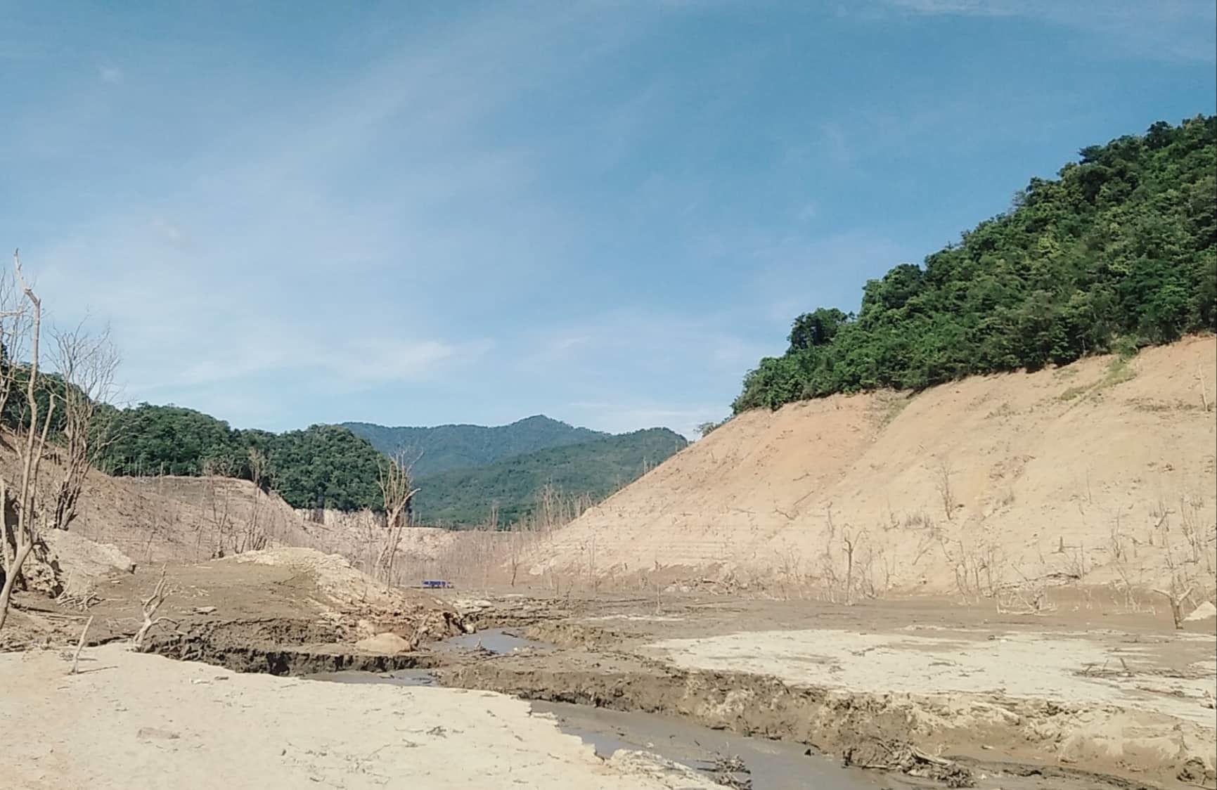Hồ thủy điện lớn bậc nhất Bắc Miền Trung cạn trơ đáy, hoang tàn như