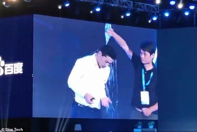 Tỷ phú công nghệ Trung Quốc bị một khán giả đổ chai nước lên đầu trong khi phát biểu về trí tuệ nhân tạo - 1
