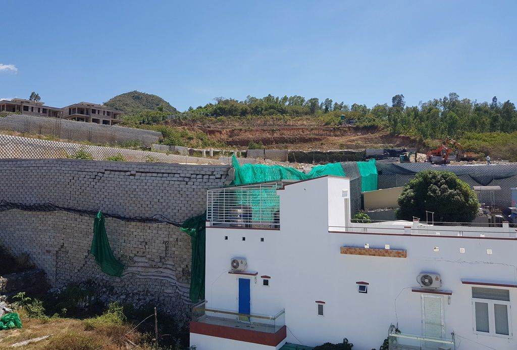 """Khánh Hòa: Nhiều mảng gạch trên bức tường """"khủng"""" đã được tháo dỡ"""