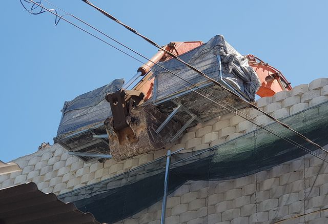 """Khánh Hòa: Nhiều mảng gạch trên bức tường """"khủng"""" đã được tháo dỡ - 4"""