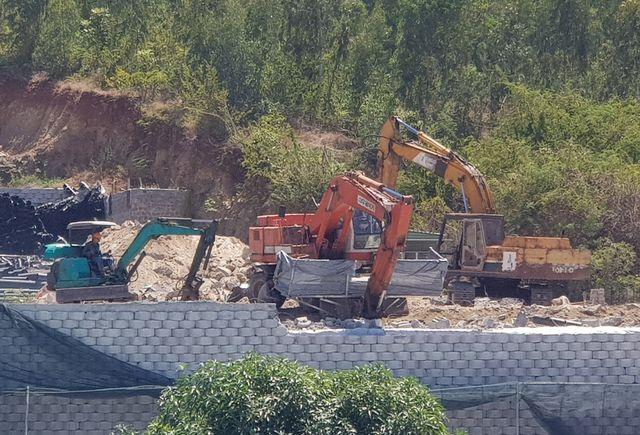 """Khánh Hòa: Nhiều mảng gạch trên bức tường """"khủng"""" đã được tháo dỡ - 5"""