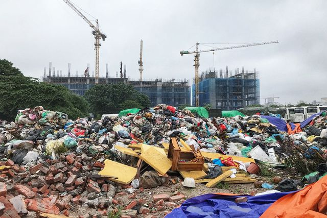 Hà Nội ngổn ngang rác thải sau sự cố bãi rác Nam Sơn bị chặn đường - 1