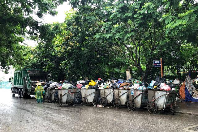 Hà Nội ngổn ngang rác thải sau sự cố bãi rác Nam Sơn bị chặn đường - 2