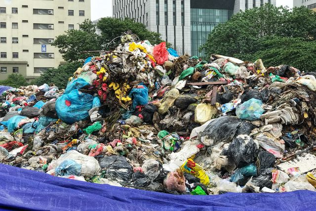 Hà Nội ngổn ngang rác thải sau sự cố bãi rác Nam Sơn bị chặn đường - 11