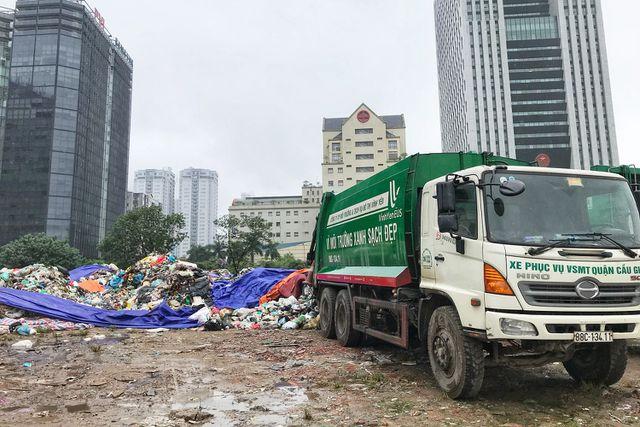Hà Nội ngổn ngang rác thải sau sự cố bãi rác Nam Sơn bị chặn đường - 3