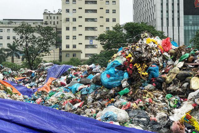 Hà Nội ngổn ngang rác thải sau sự cố bãi rác Nam Sơn bị chặn đường - 4