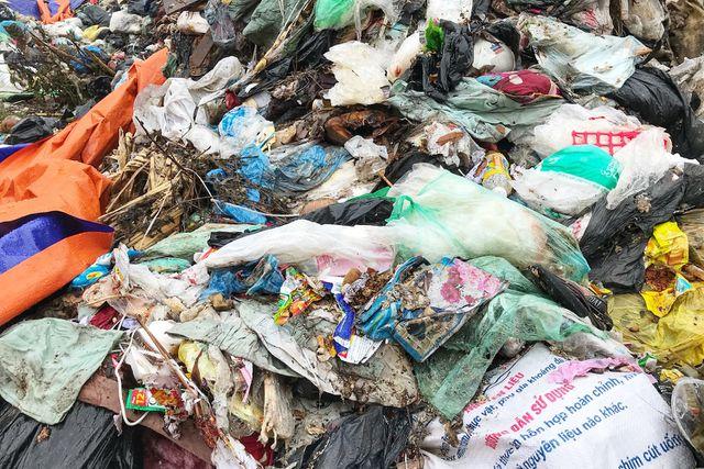 Hà Nội ngổn ngang rác thải sau sự cố bãi rác Nam Sơn bị chặn đường - 8