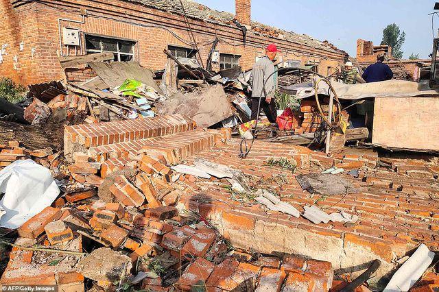 """Thành phố Trung Quốc đổ nát như """"ngày tận thế"""" sau khi vòi rồng càn quét - 5"""
