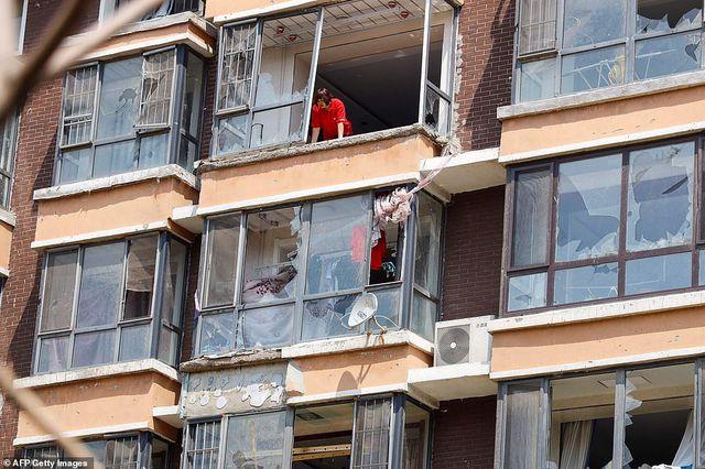 """Thành phố Trung Quốc đổ nát như """"ngày tận thế"""" sau khi vòi rồng càn quét - 6"""