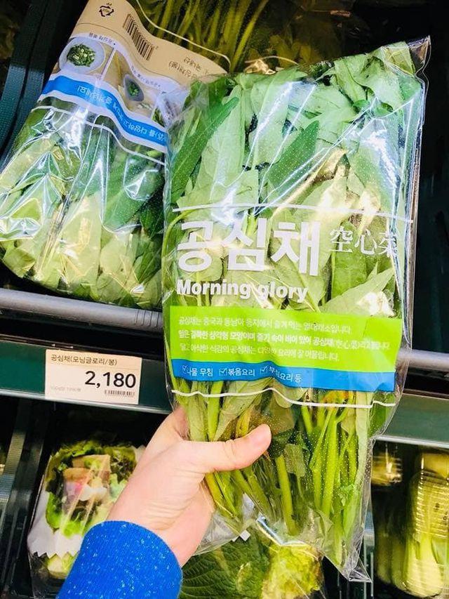 Rau muống ở Việt Nam rẻ bằng cốc trà đá, ra nước ngoài đại gia mới dám mua ăn - 1