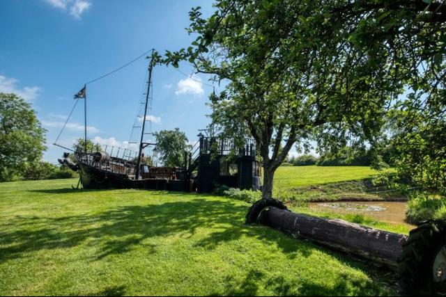 Khu đất độc đáo với con tàu cướp biển được bố trí quầy bar trị giá hơn 30 tỉ đồng - 3