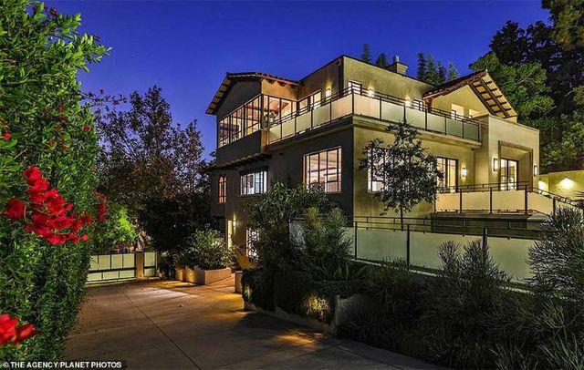 Bên trong căn nhà tại kinh đô điện ảnh Hollywood của nữ ca sĩ giàu nhất thế giới Rihanna - 1