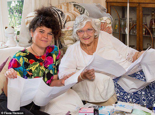 Cụ bà 80 tuổi bỗng dưng nhận được gần 9 tỷ từ người phụ nữ lạ mặt
