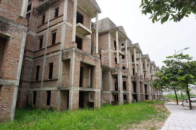 """Cận cảnh hàng loạt biệt thự bỏ hoang ở """"phố nhà giàu"""" ngoại ô Hà Nội - 1"""