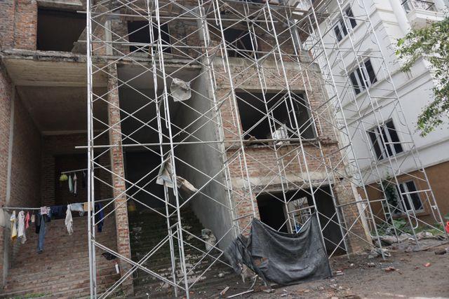 """Cận cảnh hàng loạt biệt thự bỏ hoang ở """"phố nhà giàu"""" ngoại ô Hà Nội - 6"""
